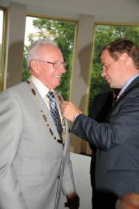 Peder Høy får borgmesterkæden af Thomas Kastrup-Larsen